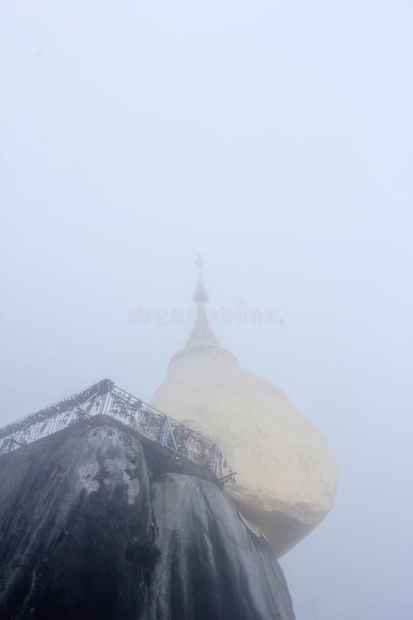 La vue de la pagoda de kyaiktiyo ou la roche d'or avec le fond de brouillard sont pagoda est attraction touristique célèbre dans  image stock