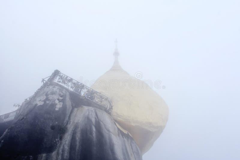 La vue de la pagoda de kyaiktiyo ou la roche d'or avec le fond de brouillard sont pagoda est attraction touristique célèbre dans  image libre de droits
