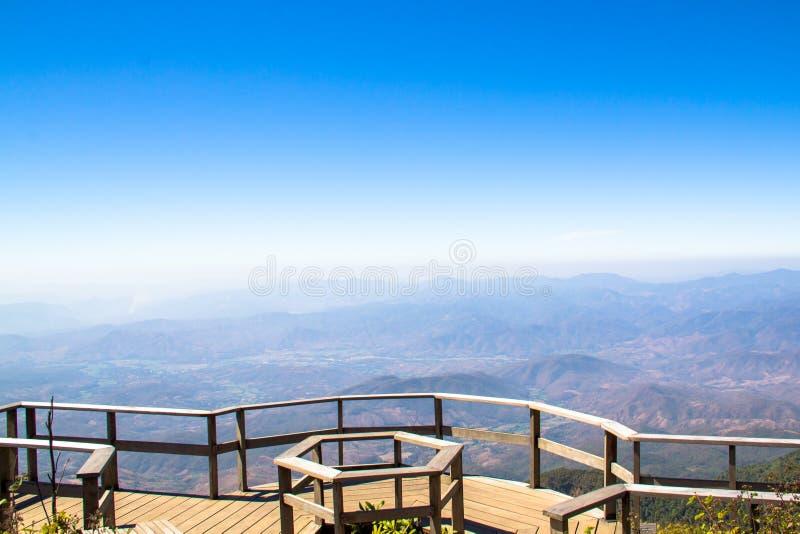 La vue de paysage de montagne sur le ciel léger bleu photographie stock