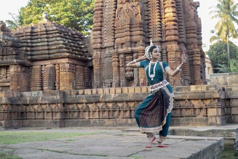 La vue de paysage du danseur classique d'Odissi regarde le miroir le temple de Mukteshvara, Bhubaneswar, Odisha, Inde image libre de droits