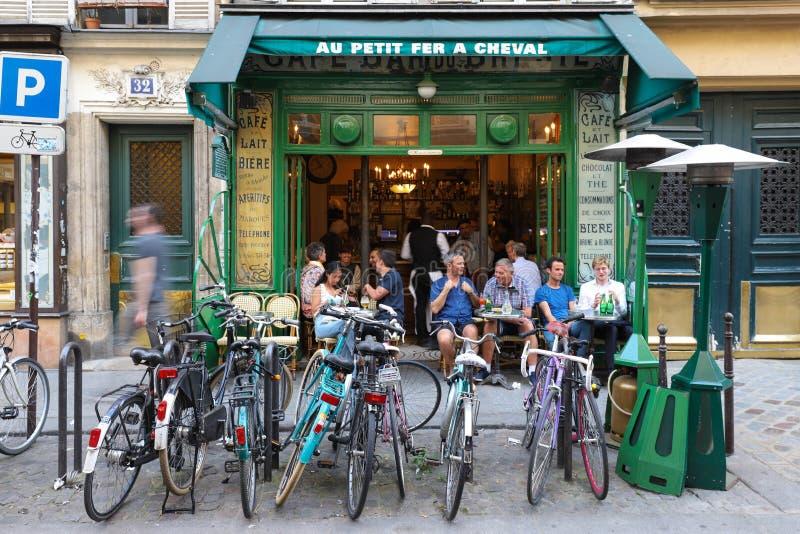 La vue de la petite maintenance d'Au français typique de café un cheval dans le Marais quart, le secteur parisien historique a pl photo stock