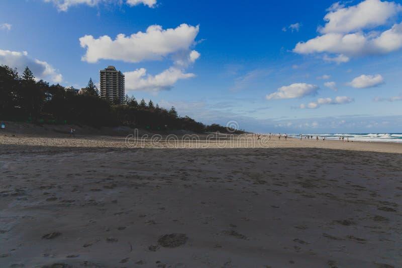 La vue de la plage principale en Gold Coast, le secteur comporte le sable d'or image stock