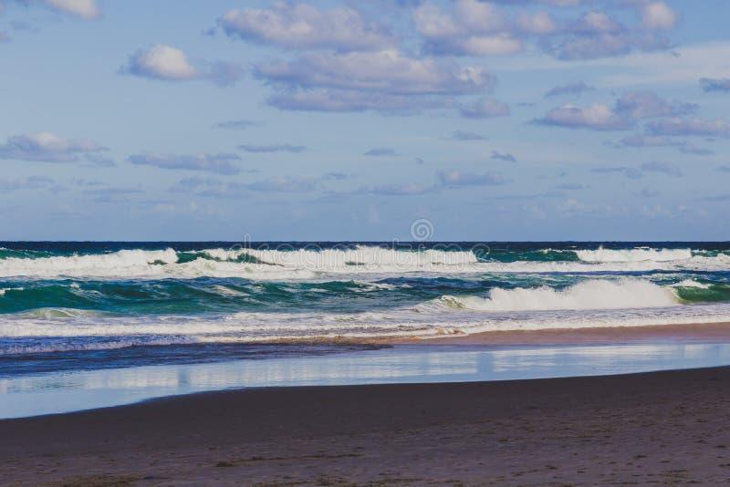 La vue de la plage principale en Gold Coast, le secteur comporte le sable d'or photographie stock