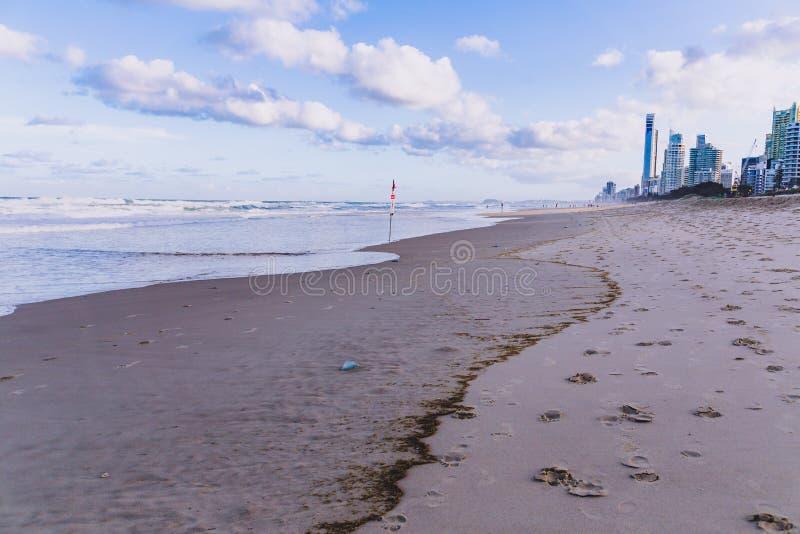 La vue de la plage principale en Gold Coast, le secteur comporte le sable d'or photographie stock libre de droits