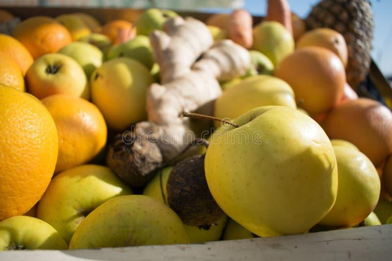 La vue de plan rapproché des oranges et des pommes fraîches porte des fruits image libre de droits