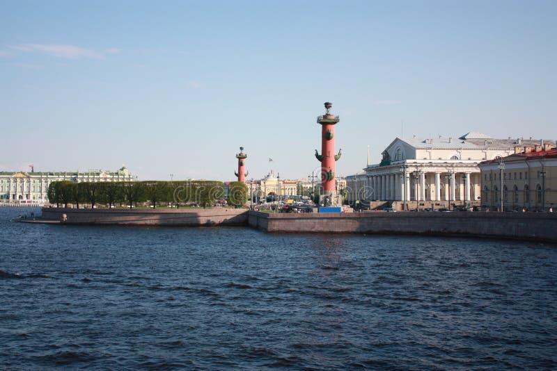 La vue de la rivière et des colonnes Rostral photo libre de droits