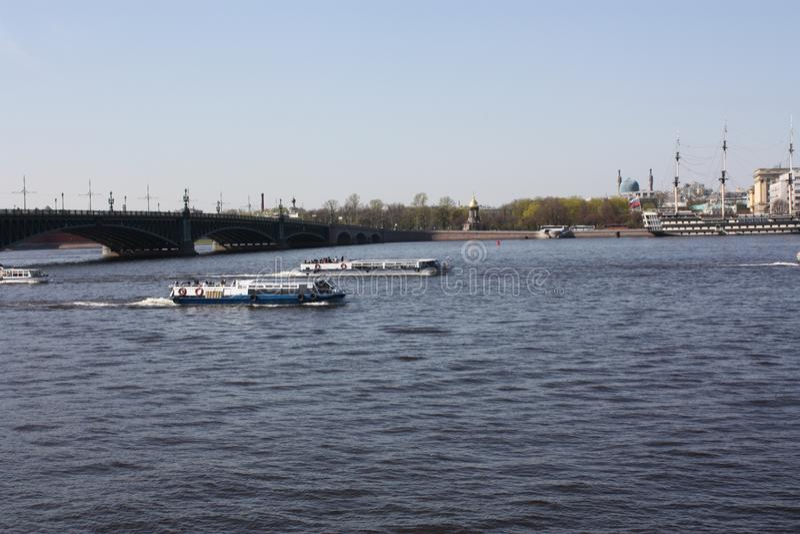 La vue de la rivi?re, du pont et des bateaux image stock