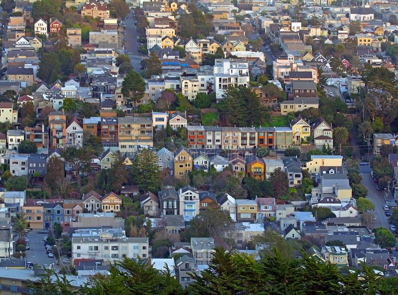 La vue de San Francisco du jumeau fait une pointe des collines photos stock