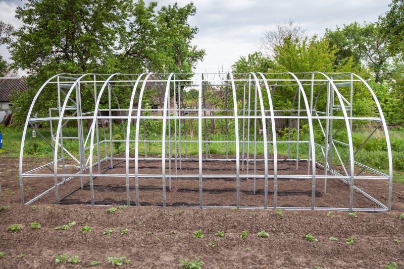La vue de la serre chaude est installée dans le jardin photos libres de droits