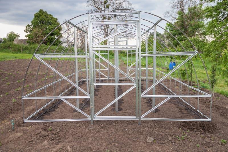 La vue de la serre chaude est installée dans le jardin image libre de droits