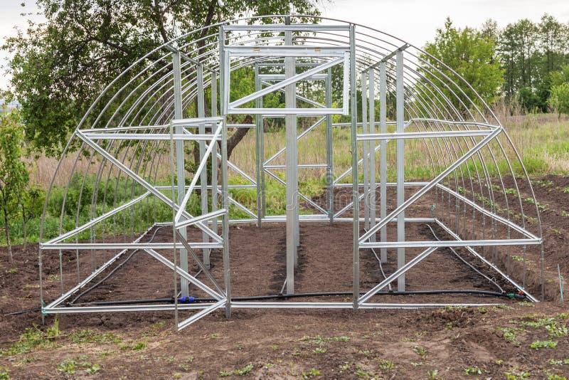 La vue de la serre chaude est installée dans le jardin photographie stock libre de droits