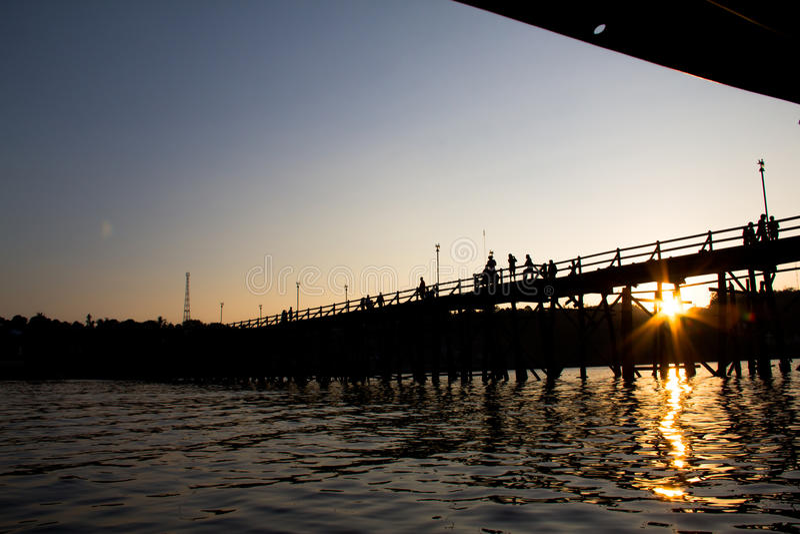 La vue de silhouette du pont célèbre en bois chez la Thaïlande photographie stock