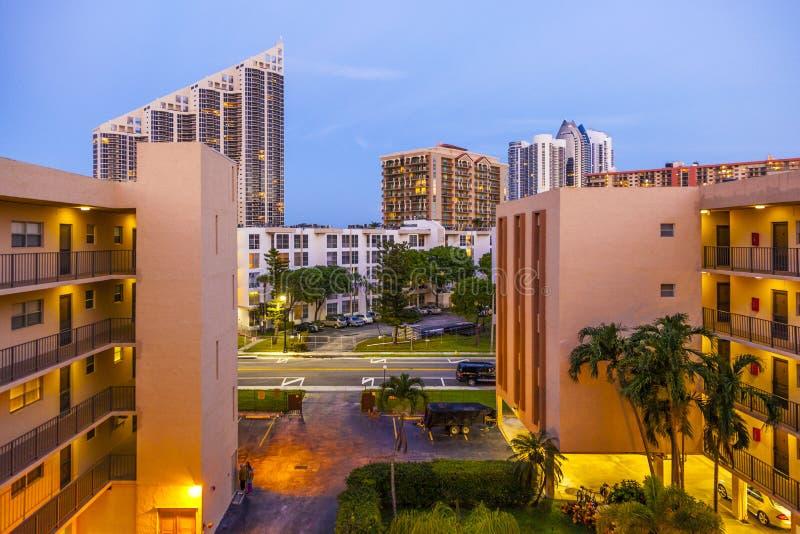 La vue de soirée de l'appartement à l'atout domine chez Sunny Isles Beach photographie stock libre de droits
