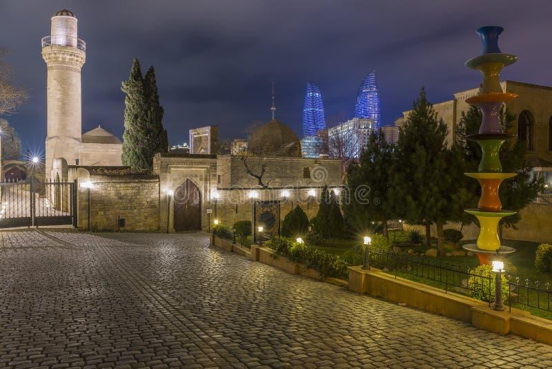La vue de soirée du palais et de la flamme de Shirvanshahs domine dans la vieille ville photo stock