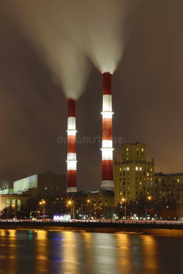 La vue de soirée ou de nuit sur la centrale thermique sur le remblai de rivière de Moskva à Moscou images libres de droits