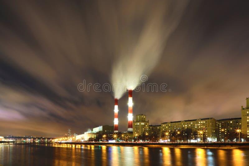 La vue de soirée ou de nuit sur la centrale thermique sur le remblai de rivière de Moskva à Moscou photographie stock