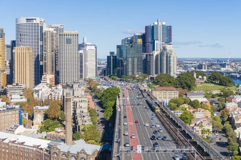 La vue de Sydney CBD et route trafiquent sur le pont de port image stock
