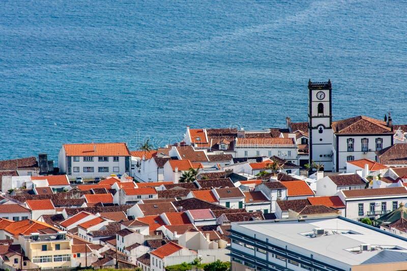 La vue de la ville de la chapelle à l'océan du supérieur - le Portugal image stock