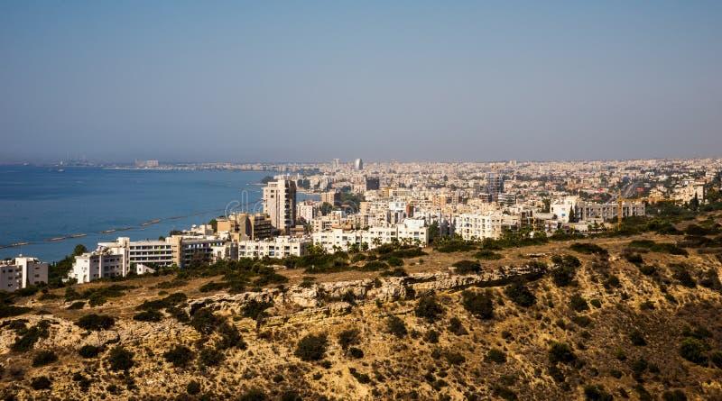 La vue de ville de Limassol du site d'Acropole sur la colline près de la ville antique d'Amathus demeure photos libres de droits