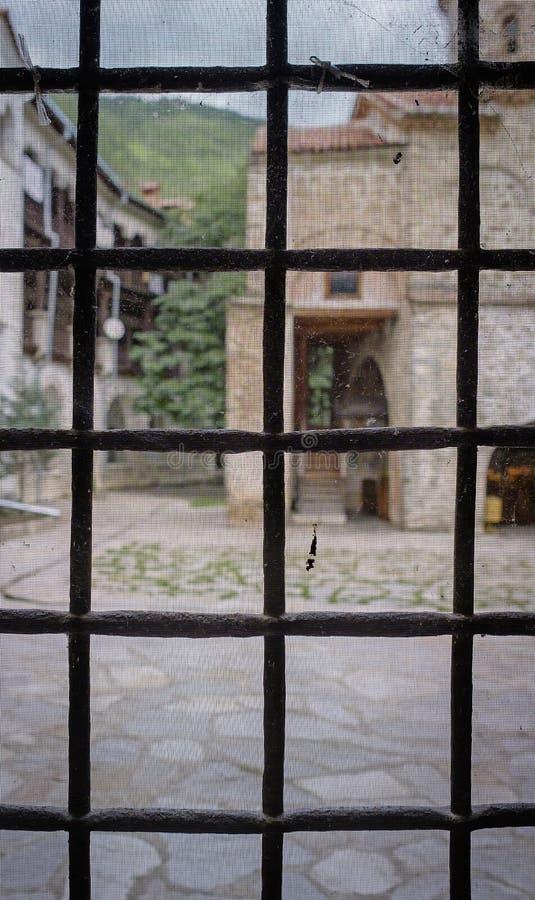 La vue depuis les bars de la fenêtre photos libres de droits