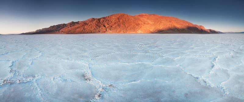 La vue des bassins salent des appartements, bassin de Badwater, Death Valley, le comté d'Inyo, la Californie, Etats-Unis Formatio photos stock