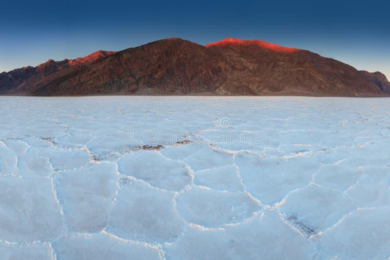 La vue des bassins salent des appartements, bassin de Badwater, Death Valley, le comté d'Inyo, la Californie, Etats-Unis Formatio photographie stock
