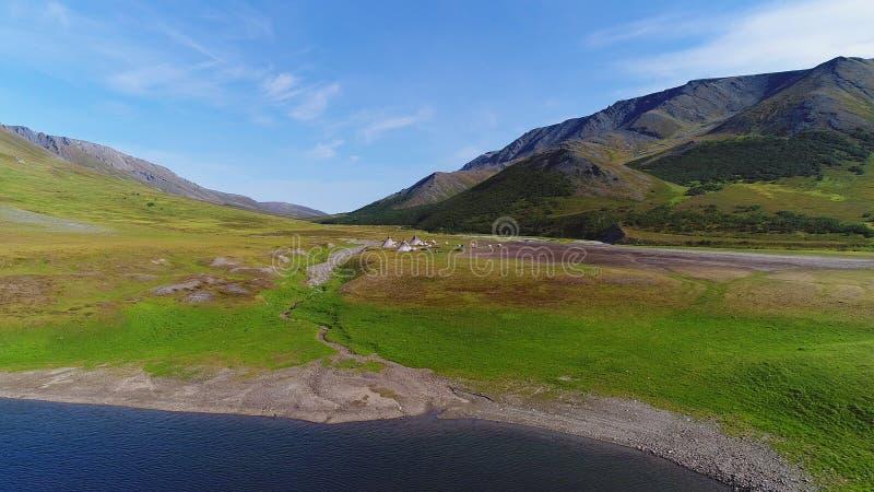 La vue des bergers nomades de renne campent dans l'enquête polaire des Monts Oural d'un quadcopter Yamal photographie stock libre de droits