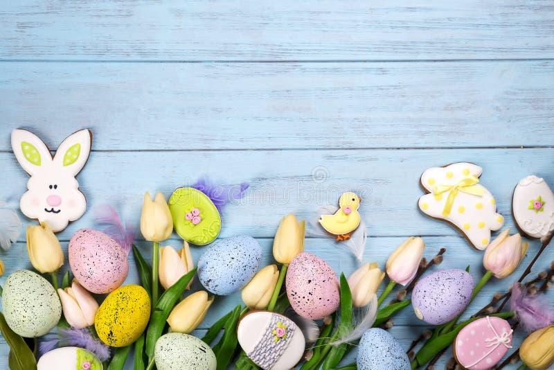 La vue des bonbons pour célèbrent Pâques Pain d'épice dans la forme du lapin de Pâques, du poulet, des oeufs colorés et des tulip photo libre de droits
