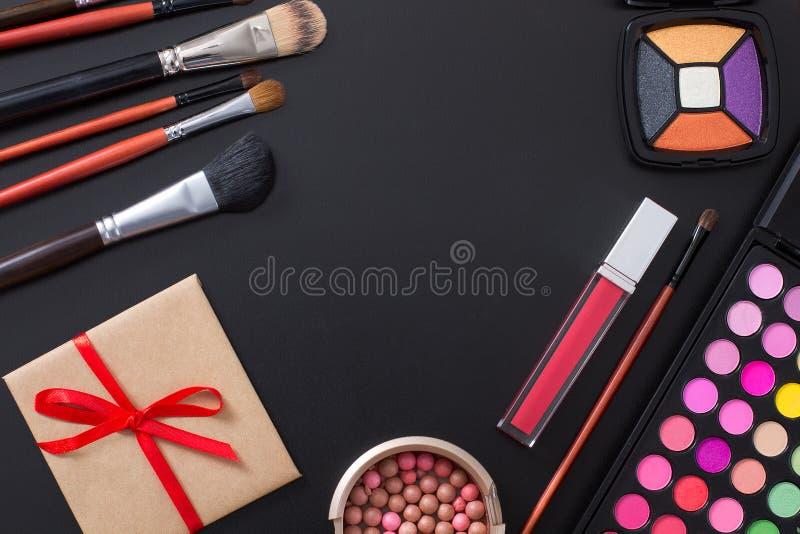 La vue des cosmétiques et composent des produits sur le fond noir Copiez l'espace et raillez  Mode d'été Vue supérieure Vente de  image libre de droits