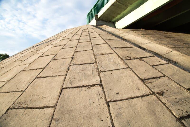 La vue des dalles en béton renforcé inclinent pont en route photographie stock