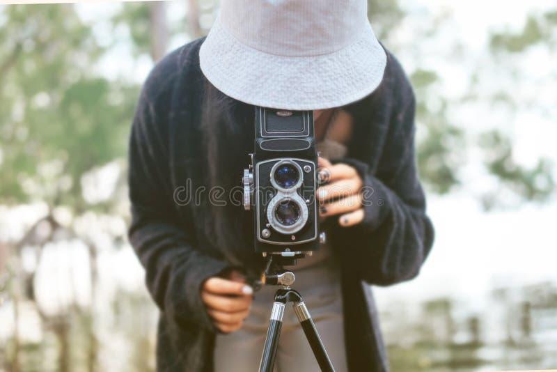 La vue des femmes étant photographiées avec un appareil-photo image stock