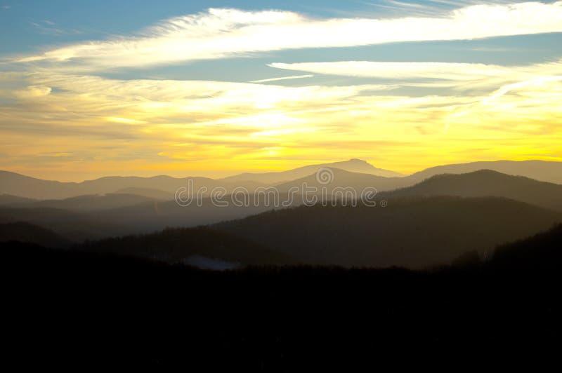 La vue des montagnes au coucher du soleil images stock