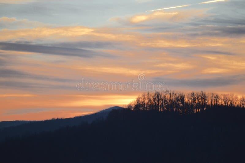 La vue des montagnes au coucher du soleil photos stock