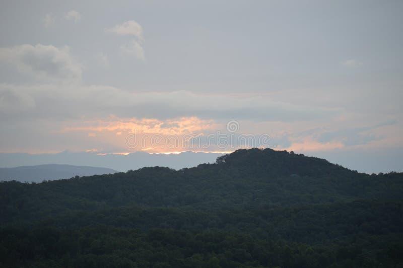 La vue des montagnes au lever de soleil photo stock