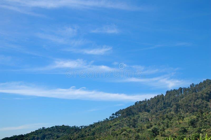 La vue des montagnes de Dieng est toujours beaucoup de zones résidentielles photos libres de droits