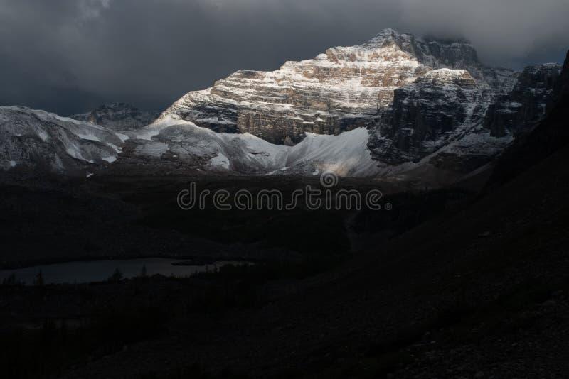 La vue des montagnes derrière le lac consolation en Jasper National Park Canada, près de lac moraine, frappe du soleil photographie stock libre de droits