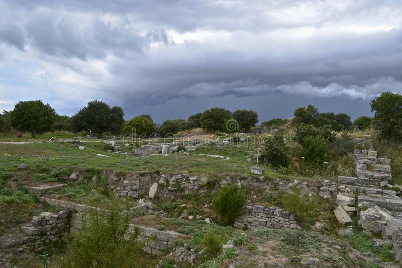 La vue des nuages de tempête des ruines de Troie image libre de droits