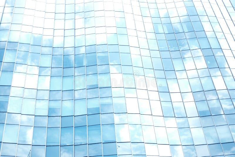 La vue des nuages s'est reflétée dans l'immeuble de bureaux en verre de courbe image libre de droits