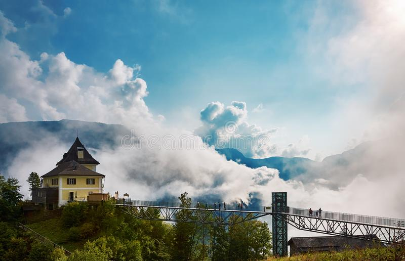 La vue du bâtiment, les montagnes et la forêt à la mine de sel réfléchissent images libres de droits