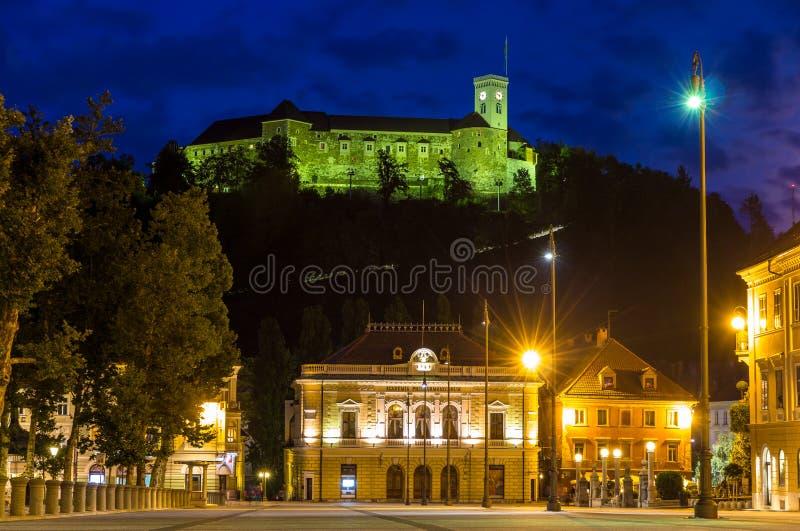 La vue du château et le congrès ajustent à Ljubljana, Slovénie photos libres de droits