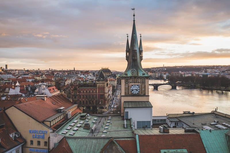 La vue du haut de la tour de pont de Charles sur le vieux centre de ville de la capitale tchèque au temps de coucher du soleil en image stock