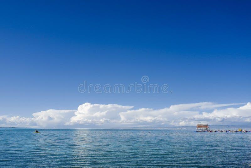 La vue du Lac Qinghai Situé dans la province de Qinghai sur un bassin endoréique images stock