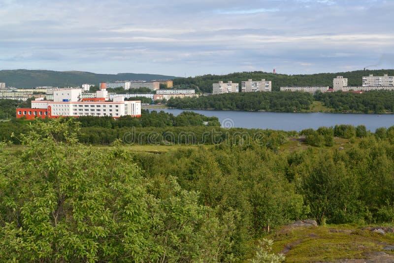 La vue du lac Semenovsky a habité le secteur résidentiel de la ville de Mourmansk images stock