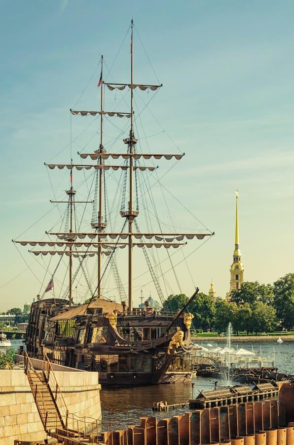 La vue du Néerlandais de vol de flottement de restaurant du pont de Birzhevoy image stock