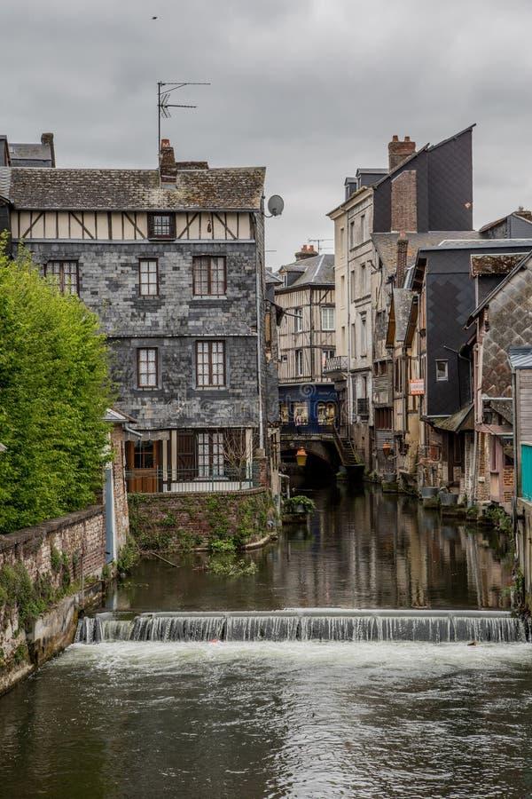 La vue du petit canal dans la ville pittoresque de Pont Audemer en Normandie était destruction de rechange pendant la deuxième gu photo stock