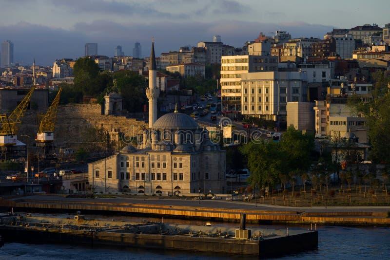 La vue du Sokollu Mehmed Pasha Mosque et port tend le cou dans la partie européenne d'Istanbul sur le rivage de la baie d'or de k photo libre de droits