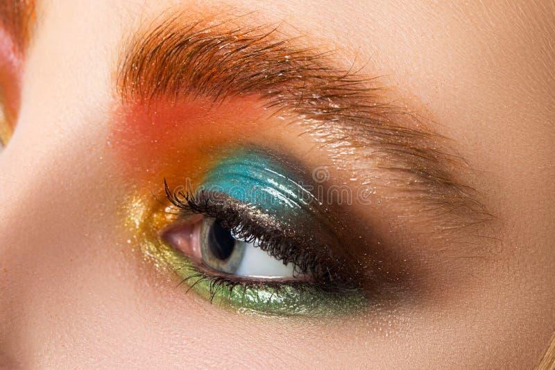 La vue en gros plan des femmes observent avec le beau maquillage moderne images stock