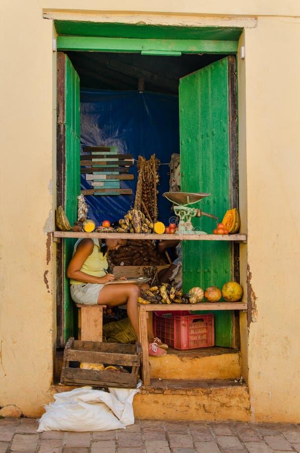 La vue extérieure du petit, typique légume cubain et le fruit font des emplettes photos stock