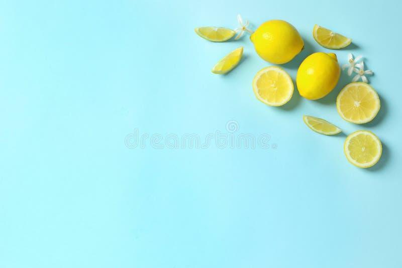 La vue faite de citrons et fleurs sur le fond de couleur, s'?tendent ? plat avec l'espace pour le texte photo libre de droits