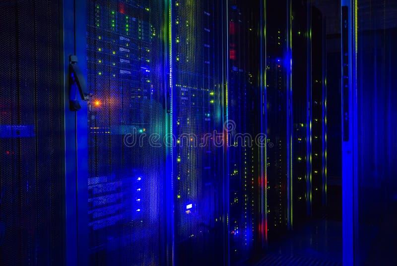 La vue fantastique de l'unité centrale au centre de traitement des données rame photos stock